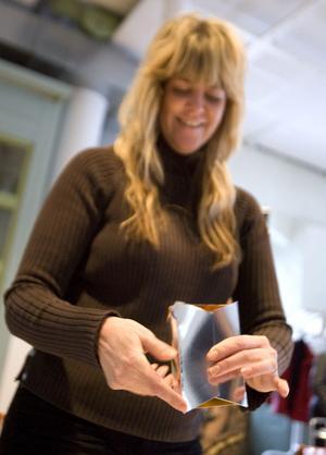 Pappersgrossisten Ellen Luijckx från Nederländerna har tagit med en kollega och en av sina kunder till workshopen.- Jag säljer papper till tryckare, så jag brukar inte vara så kreativ som jag får vara här. Och nu får jag påtagliga exempel där min kund verkligen ser vad som är viktigt med pappret, säger hon.
