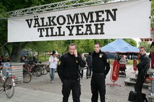 Ordningsvakterna och en stor banderoll välkomnar till Stadsparken.