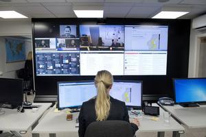 En kvinna övervakar skärmar på MSB, myndigheten för samhällsskydd och beredskap, på kontoret i centrala Stockholm.
