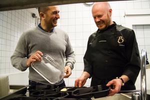 Levent Özdimir, hotellägare, och Ralf Weberg, köksmästare, lägger upp lådorna.