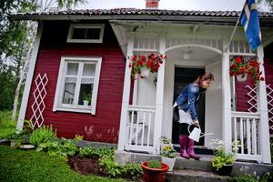 """Nöjd med stuglivet. Birgitta Edberg har nyligen köpt ett fritidshus. """"Jag trivs verkligen"""", säger hon. Foto: Veronika Ljung-Nielsen"""