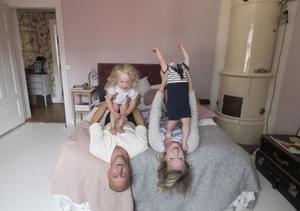 I det kombinerade sov- och vardagsrummet hos familjen Sundh fungerar föräldrarnas säng även som soffa.