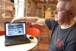 Museiassistenten Stephan Lundberg studerar en bild där Muhammad Ali boxas i Örnsköldsvik. Uppe till vänster skymatr ÖAs förre tecknare K-G Sahlander.