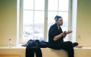Mattias Brunn har regisserat och skrivit pjäsen tillsammans med ensemblen och elever på Maserskolan i Borlänge.