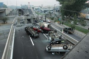 En bro på en motorväg i Santiago rasade samman efter jordbävningen. Förödelsen var total.