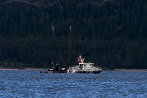 De senaste dagarna har det pågått dyknings- och bärgningsarbete vid Normanön i Gullviksfjärden. Här sjönk fenkölsracern Britta, tidigare Ester, på 1930-talet.