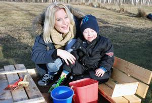 Emily Kind med sonen Julian i sandlådan.