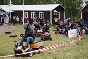 En Stiga Garden-gräsklippare tar en tidig ledning i Fjös-klassen.