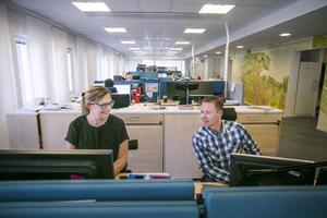 Tina Hallin och Benny Andersson arbetar på lantmäteriet. Där arbetar de i kontorslandskap, men kan dra sig undan ifall de behöver arbeta ostört. – 60-70 procent av arbetstiden går åt till att sitta i möten, säger Benny Andersson.