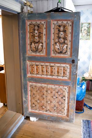 Dörren hittades i huset. Hanna tog fram dess vackra målning som gömde sig bakom masonit och spackel.