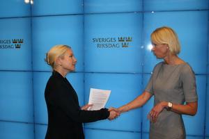 Moderaternas Saila Quicklund lämnade på måndagen över ett upprop till infrastrukturministern Anna Johansson (S). Budskapet löd: Bevara Bromma.