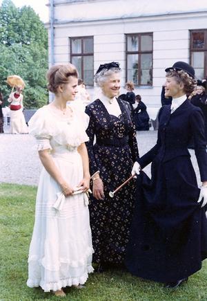 Tre generationer i sina mormödrars klänningar.
