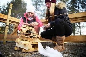 Marielle Kristoffersson och Ronja Lindberg från Funäsdalens skola kämpade med att få upp eld på åtta minuter för att bränna av ett snöre.