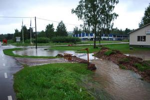 Att vattnet flödade över alla breddar vid ADE Väveri i Lima är inte kommunens ansvar framgår av ett brev till företagets försäkringsbolag.