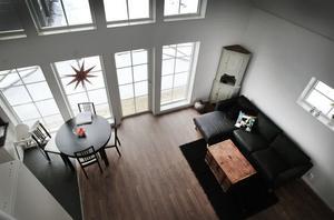 Såhär ser det ut uppifrån loftet med dubbelsängen. Utanför fönstren och glasdörren syns den jättelika terrassen
