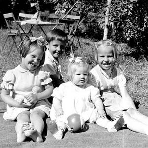Från vänster Margot, Åke, Margareta och Maj-Len Rönnqvist fotograferade för ett VLT reportage på Björnön som publicerades i tidningen 6 juni 1952.