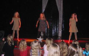Vinnare. Tre andraklassare från Dala-Floda vann med ett uppträdande som Hannah Montana. Tjejerna heter Linn Norman, Jolin Berg och Isabell Persson.