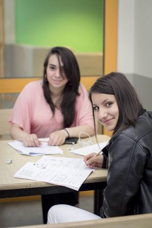 Nada Kadoura passar på att läsa svenska under sommaren tillsammans med kompisen Nurhan Khattab. De har snart bott i Sverige i två år och klarar språket bra, men vill bli ännu bättre.