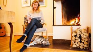Trivsamt ljud. Kirsten Åkerman är lycklig nog att ha en öppen spis i sin bostad från 1925. Hon eldar flitigt, framför allt under den mörka årstiden.