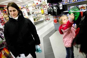 """Maria Räppe Sardelius, från Frösön, med dottern Olivia, 5 år, provar masker. Olivias lillebror fyller år på halloween, så det blir mest fest för honom. """"Det känns som att halloweenfirandet minskar, men lite fladdermöss och döskallar blir det nog i trädgården"""", säger Maria."""