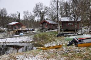 Turistanläggningen De Åtta Årstiderna har gett nytt liv till byn Hosjöbottnarna. Byn erbjuder ett mindre antal övernattningsplatser i små stugor. Gästerna kommer för att fiska, jaga eller bara njuta av fjällnaturen.