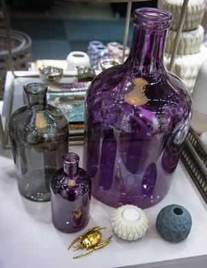 Dekadens. Lila. Keramik, glas, lyxiga textilier och gulddetaljer fångar stämningen i denna trend. Montern hör till Broste Copenhagen.