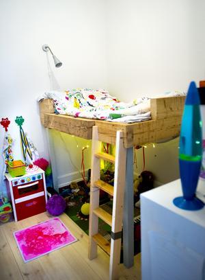 Pecka har byggt sängen till Jonte med rejäla bräder. Under sängen har Jonte en stjärnhimmel. Han är kreativ och tycker om att ha det mysigt.