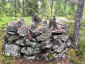 Det här pampiga gränsröset passerar leden när den gå mellan Salteå och Gavik. Röset visar var två socknar och fyra byar, Åsäng, Mädan, Gavik och Salteå, möts.