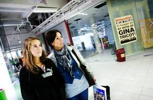 """""""Det är jättepositivt att det kommer nya butiker. Gina Tricot och Vila är två favoriter som vi ofta besökt om                  vi varit någon annan stans, så det är roligt att de öppnar"""", säger Malin Mortén och dottern Hanna från Vigge, som båda tycker att det är bra att många av de butiker som nu öppnar inte har så dyra saker. Foto: Ulrika Andersson"""