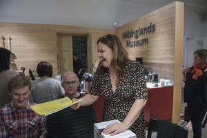 Regissören och manusförfattaren Cia Olsson delar ut manus för