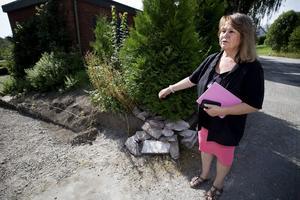 Pia Nykvist blev lurad på flera tusen och fick sin stenmur förstörd av stenläggarna. Nu vill hon varna andra så att de inte råkar ut för samma sak.