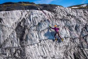 Melissa isklättrar på en isvägg vid Solheimajökullglaciären  där hon tar sig  uppför med isyxor och stegjärn.  Den dagen  filmade de en reklamfilm för ett isländskt företag som har olika expeditioner och turer på Island.