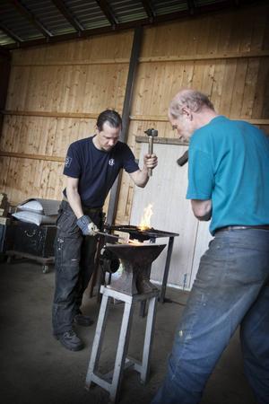 Henrik Gadd och Peter Hedman jobbar på inför helgens festival.