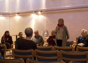 Nio av författarna till årets Jämten samlades i torsdags på Östersunds bibliotek. Här ses från vänster Lowissa Wallgren Frånberg, Sara Grut, Bo Lundmark, Jan Lindström, Ewa Ljungdahl och Görel Stephansson.