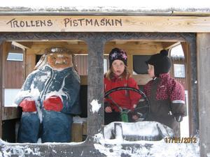 Barnbarnen Molly och Ebba bekantar sig med ett av trollen vid Hundfjället i Sälen.Men....lite läskigt var det allt!