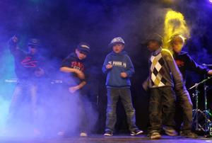 Ett gäng coola killar visade hur schysta danssteg ska se ut.
