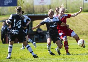 Valbos Emma Sundin och Alnös Josefine Thunholm i en av många dueller.