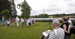 Sång och dans vid midsommarfirandet i Ramsjö.