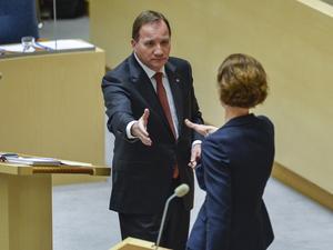 Statsminister Stefan Löfven (S) närmar sig Moderaternas partiledare Anna Kinberg Batra (M).