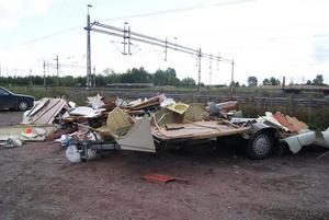 Bara spillror kvar av det som varit en husvagn.