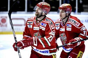 Niklas Nordgren, här med HV-flyktade Simon Önerud, siktar på att fortsätta spela hockey.