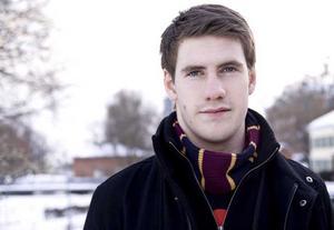 Vill upp i det blå. Veckans 20-åring Jesper Bergman trivs ombord på flygplan, men även på flygplatser. Om allt går som han har tänkt ska han ha jobb som pilot i framtiden. Han tänker inte stanna i Västerås utan planerar att flytta utomlands. Foto: Linda Landquist