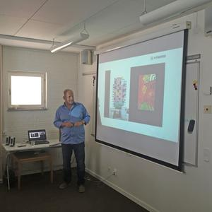 Nicklas Nyberg presenterar skyskrapan Torg1 i en lokal under Almedalsveckan.