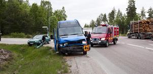 En minibuss för skolbarn och en bil krockade i korsningen.