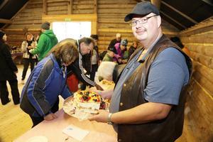 Många passade på att smaka av Bjarne Kvilvangs tårta, och de andra sju när tävlingen var över.