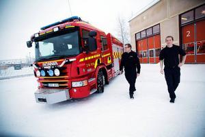 Niclas von Essen och brandmannen Håkan Modigh visar upp Räddningsförbundets nya brandbil.