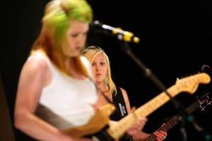 """Elin Johansson och Sophia Holmqvist lyssnade på sitt hjärta.Foto: Håkan DegseliusBandet No Idea spelade låten """"Loosing our minds""""Foto: Håkan Degselius"""
