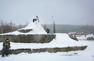 Konstverket Spiralformer i närheten av älvbron i Ljusdal användes som en skidbana.