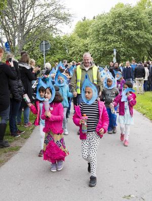 Förskoleklassen tågade längst fram i karnevalståget som gick från den så kallade Hemköpstomten till Sörbyskolan. Där framförde de vattenvisan av Lennart Hellsing och Lille Bror Söderlundh.