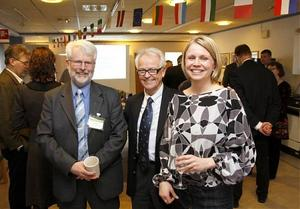 Nu ska det bli enklare att hitta affärskontakter inom EU. Maria Wallner och Lars Holmberg ska hjälpa företag att dra nytta av EU:s inre marknad, här med Bengt-Ove Högström, ordförande i ALMI Företagspartner Västernorrland AB